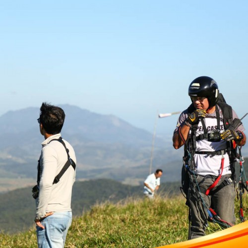 Voo instrutivo, treinamendo do curso de paraglider, e decolagem da rampa do clube Up2Fly.