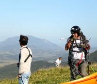 Voo instrutivo, treinamendo do curso de paraglider, e decolagem da rampa do clube Up2Fly.